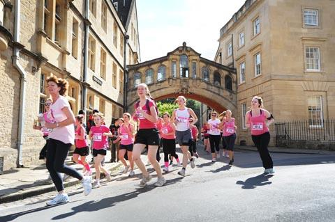 thisisoxfordshire: Runners go under the iconic Bridge of Sighs
