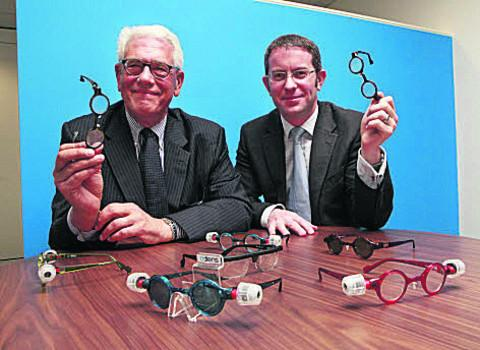 thisisoxfordshire: MD of Adlens Mike Ferrara, left, and tech director Dr Rob Stevens. Picture: OX52957 Antony Moore