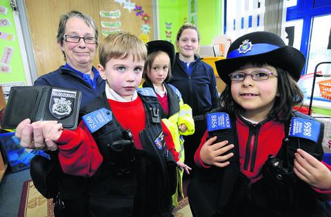 thisisoxfordshire: Pictured from left are PCSO Helen Webber, Elliott Edmunds, five, Ruby Chivers, four, PCSO Fran Stafford and Tamara Fernandes, five.