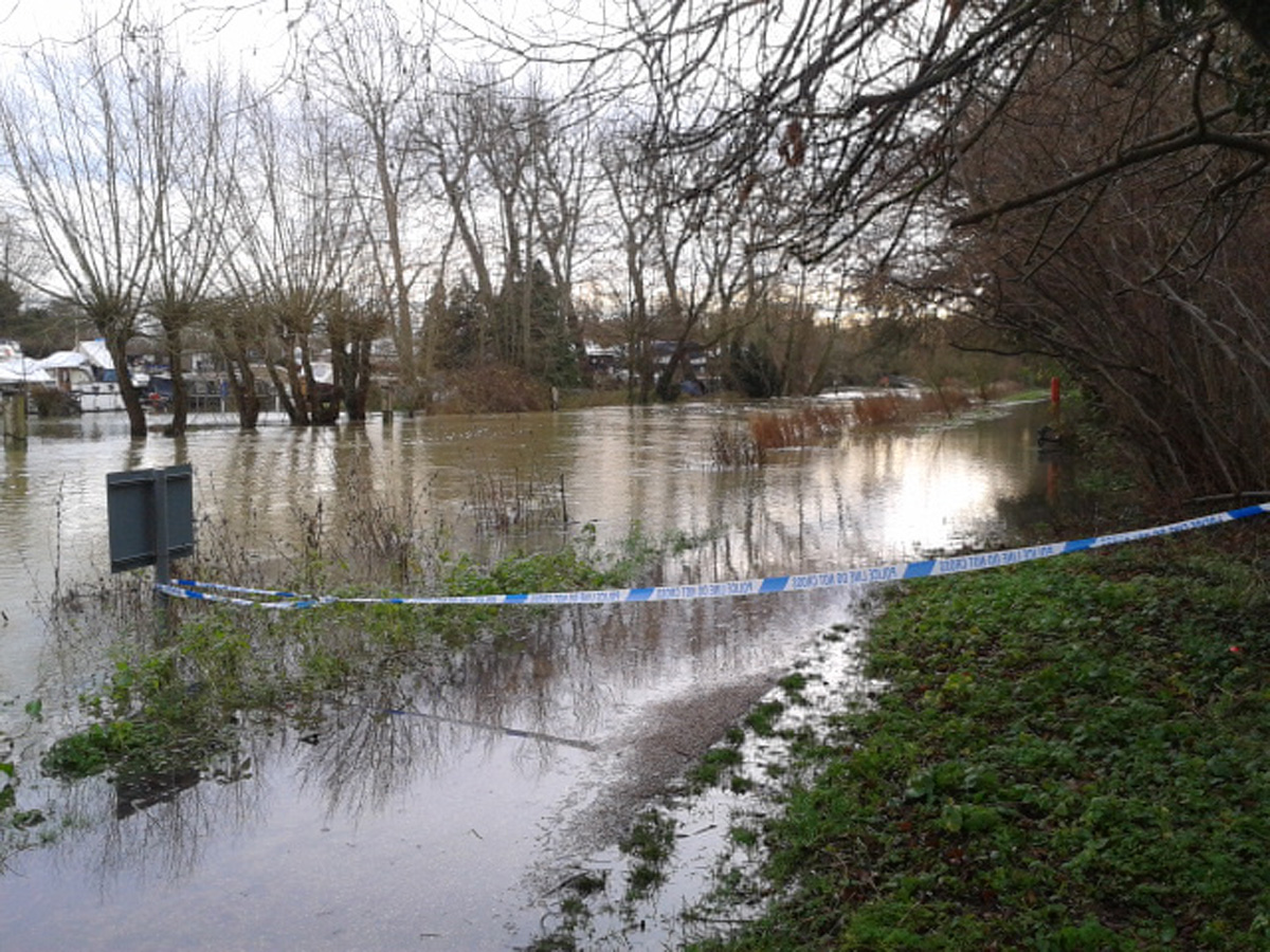 The River Thames footpath at Osney Lock is partially closed