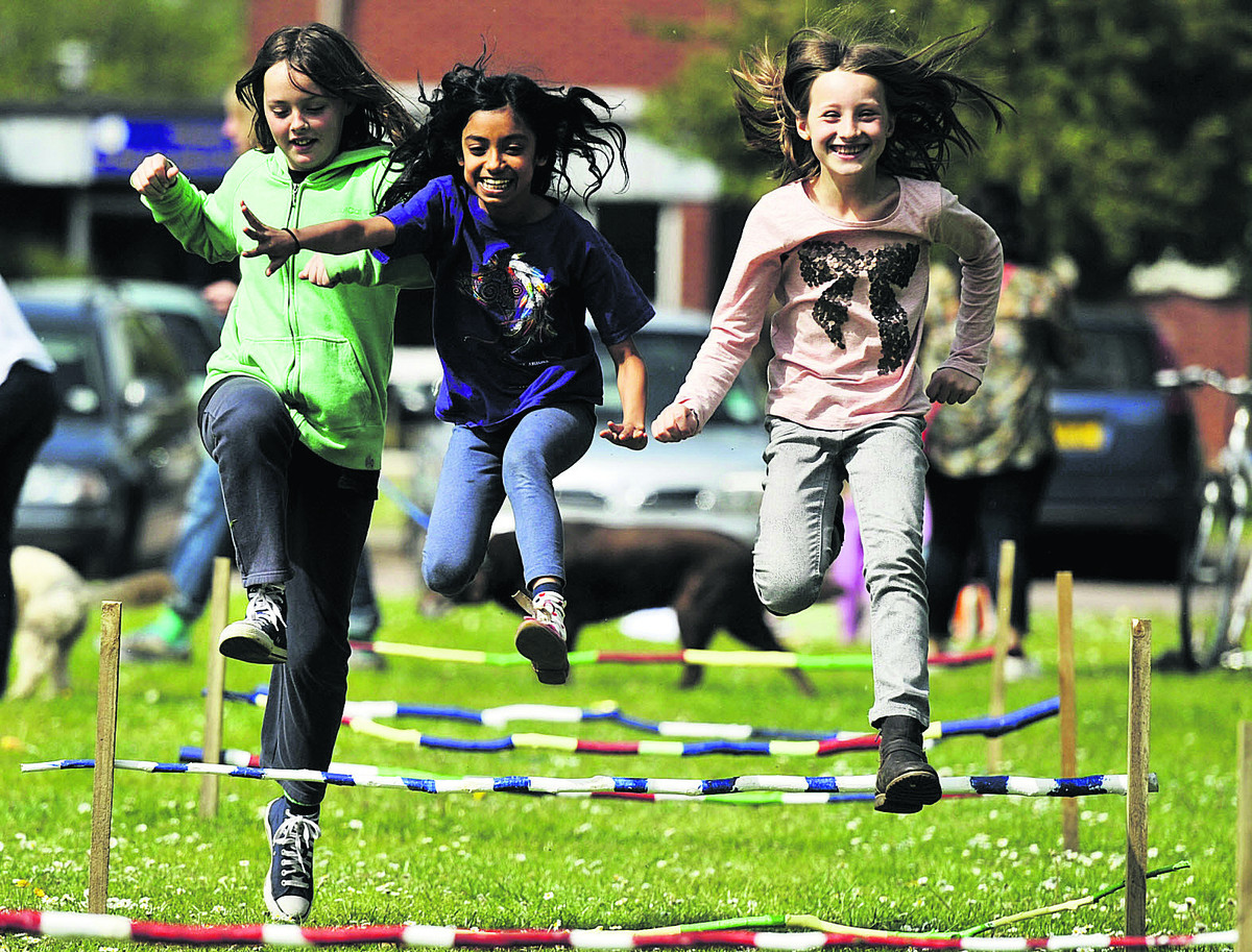 Molly Ackland, 11; Anna Beekmayer, 10; and Olivia Hartley, 10, stay the course. Picture: OX66977 Mark Hemsworth