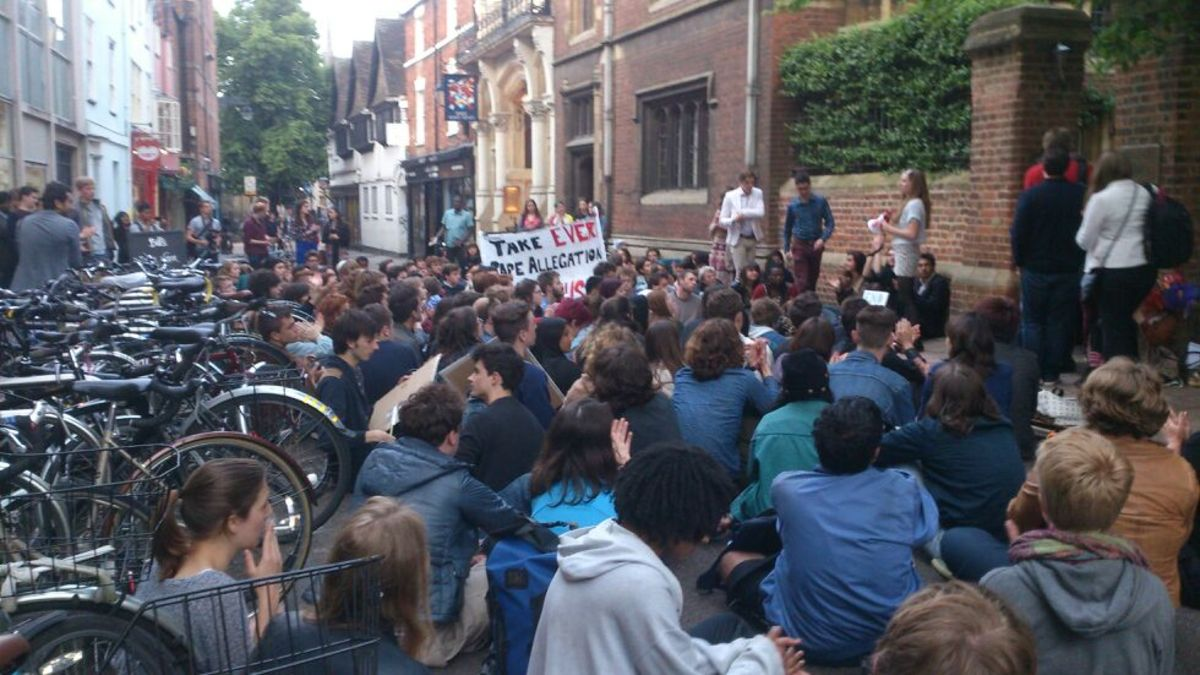 More than 100 people outside Oxford Union for vi