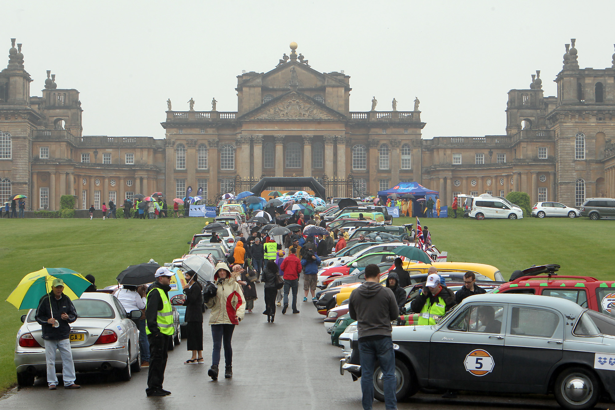 AND THEY'RE OFF:  Cars leave Blenheim Palace for Twin Town 2018
